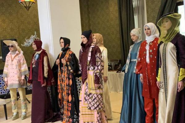 Indonesia Modest Fashion Designer kembali mengukir identitas fashion modest Indonesia di panggung internasional.
