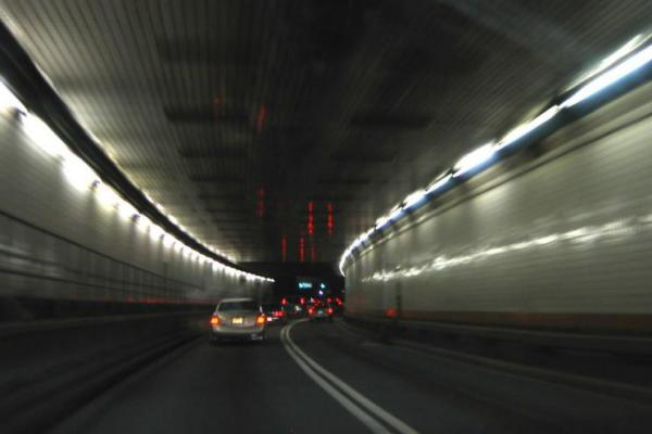 Pada 13 November 1927, Holland Tunnel dibuka di bawah Sungai Hudson, menghubungkan New York City dan New Jersey.
